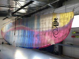 Voile pendue dans l'atelier Horizon Parapente